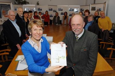 Betty Mehrer und Bürgermeister Michael Pelzer bei der Vorstellung des Ratgebers