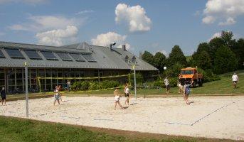 Bei der Einweihung des Beachvolleyball-Platzes